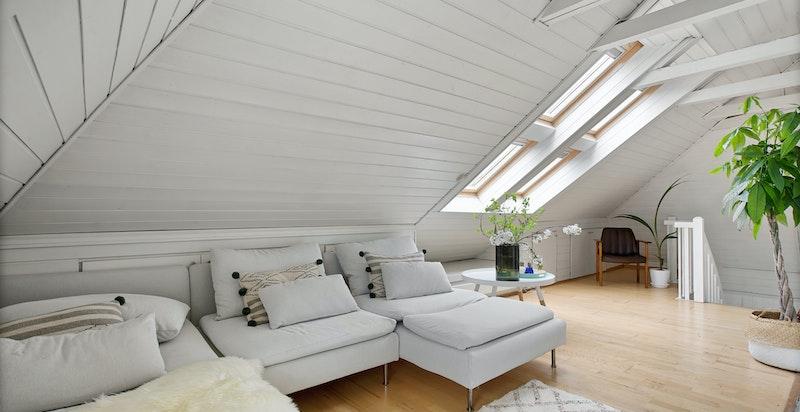 Oppe på loftet kommer du til en herlig stue, men masse lagring i bakkant.