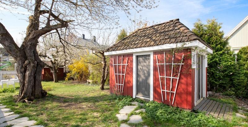Et sjarmfullt uthus som i dag brukes som malerstue. Har også en meget praktisk hems.