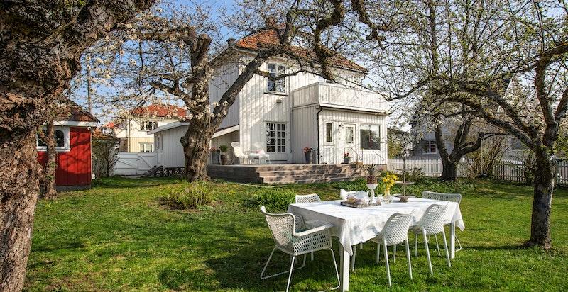Hjertelig velkommen til villa Birkeli! Idyllisk hage og vakkert hus, med lekestue, uthus og atelier.