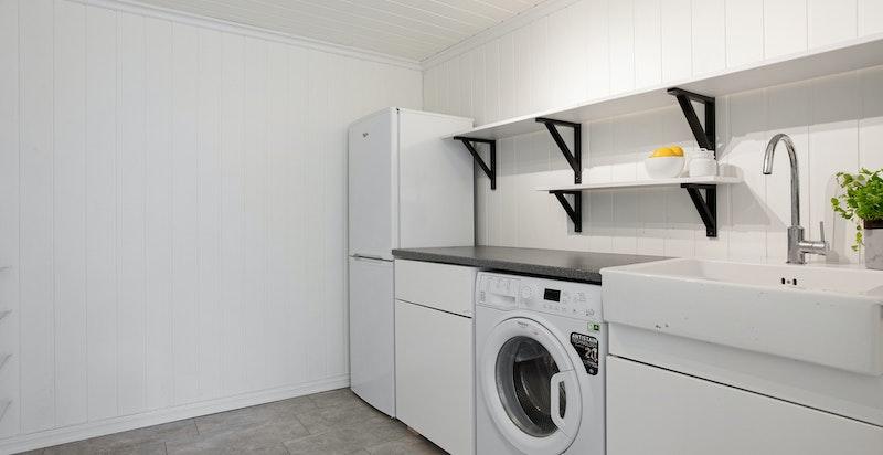 Annekset har også et enkelt kjøkken med opplegg for vaskemaskin.