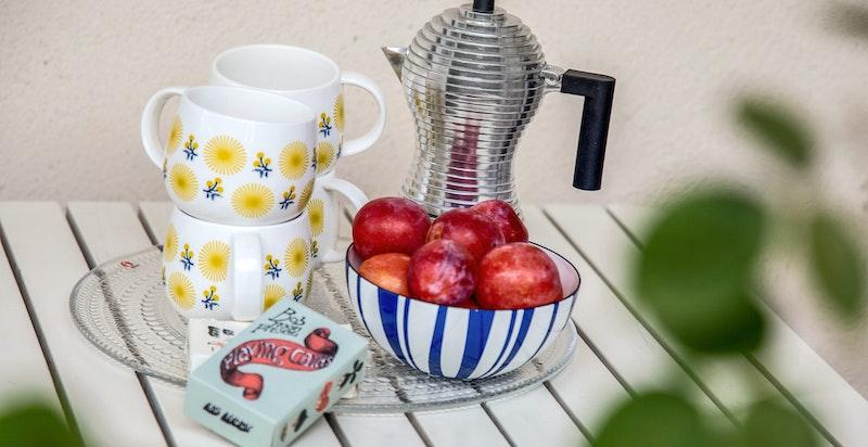 Det enkle liv: Morgenkaffen på altanen.