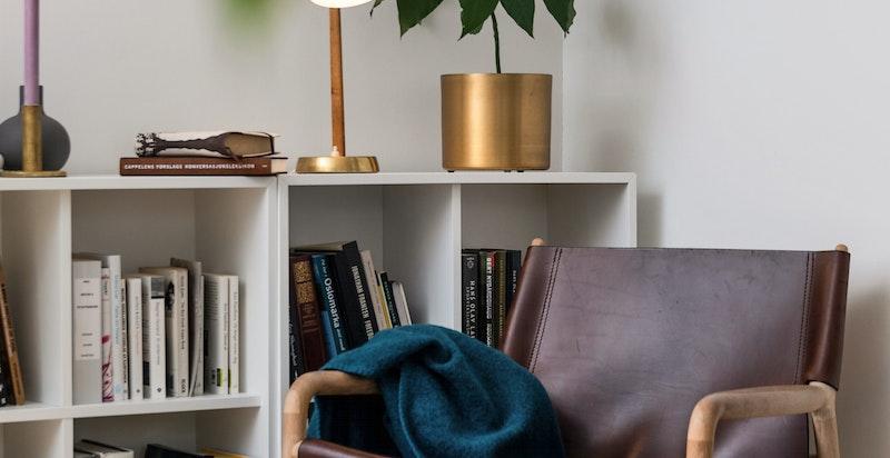 Stuen har god plass til sofagruppe, lesekrok og mediamøblement.