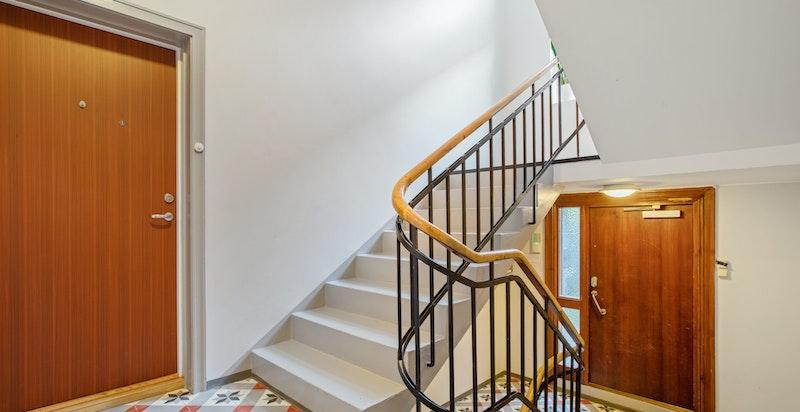 Leiligheten ligger i byggets høye 1. etasje med adkomst gjennom felles trappeoppgang som ble rehabilitert i 2016.