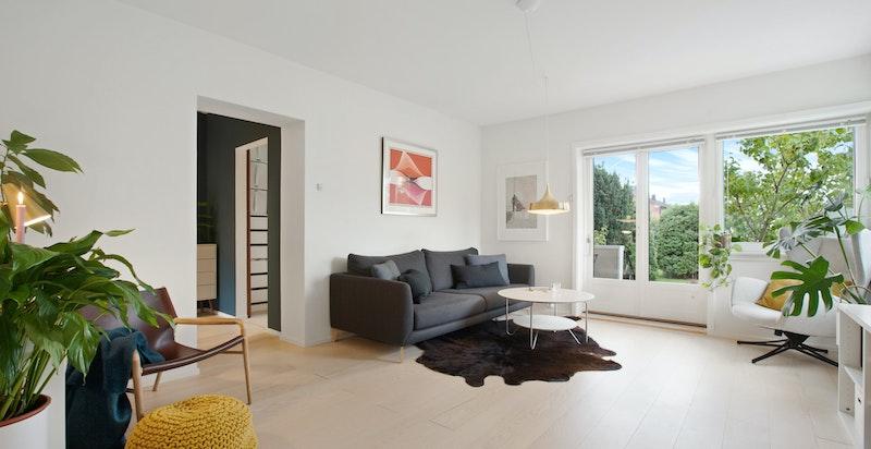 Lys og luftig løsning der kjøkkenet delvis er adskilt fra stue.