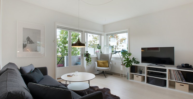 Denne endeleiligheten har herlige lysforhold fra alle de store vinduene. Tre av leilighetens fire yttervegger er med vinduer og alle vender ut mot grønt.