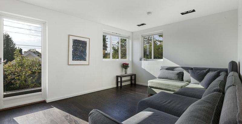 Romslig soverom/stue i sokkeletasjen (kan relativt enkelt kobles sammen med praktikantdelen for utleie)