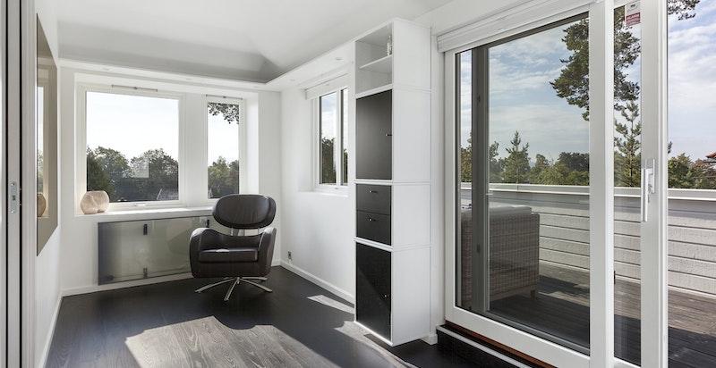 Del av stuen i 2. etasje egner seg bra som kontor med flott utsikt