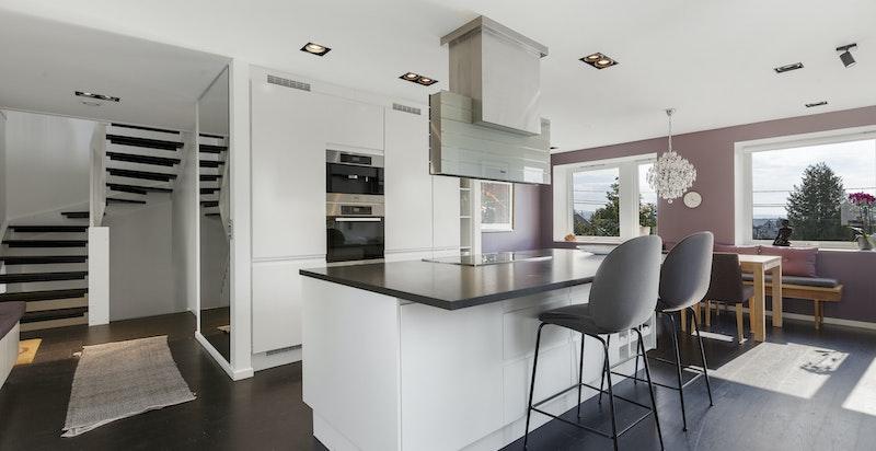 Kjøkkenet har praktisk barløsning ved kjøkkenøyen