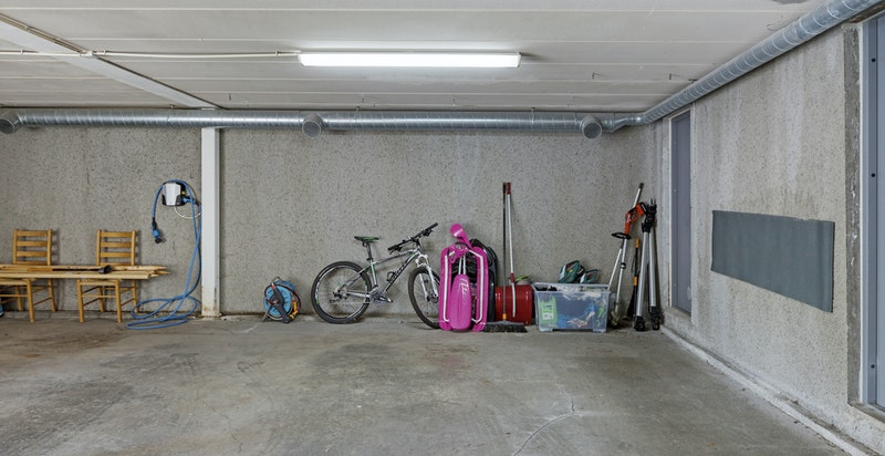 Boligen disponerer 2 garasjeplasser i felles oppvarmet anlegg. Ladestasjon for el-/hybridbil medfølger