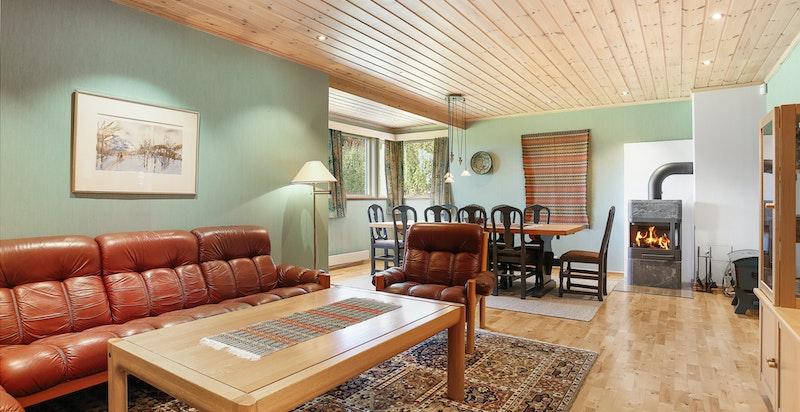 Stor kjellerstue med god plass til tv-stue og spisebord