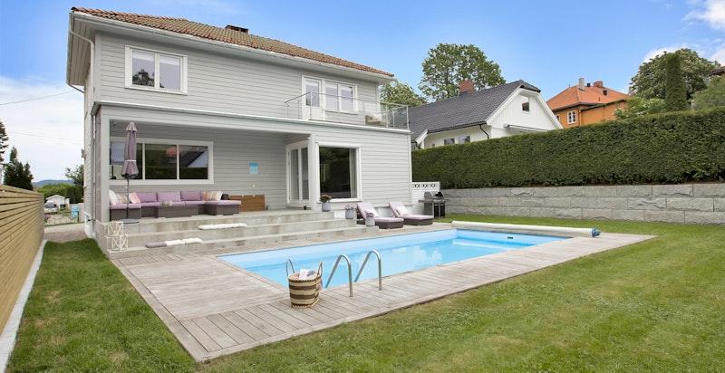 Svømmebasseng i hagen