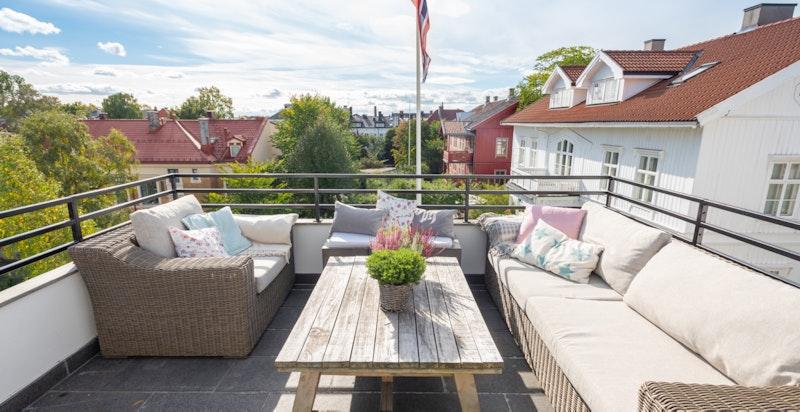 Herlig solrik og usjenert takterrasse med flott utsikt over nærområdet inkl Uranienborg kirke