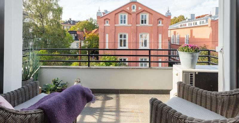 Balkong på andre siden av boligen med utgang direkte fra stuen