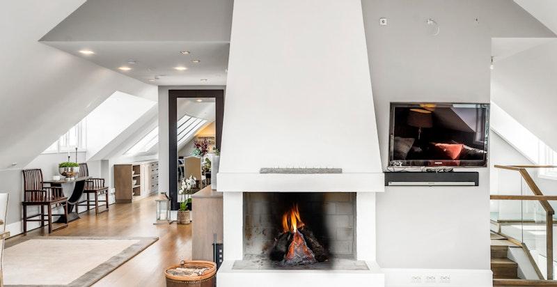 Meget lysvennlig bolig med flott peis i stue