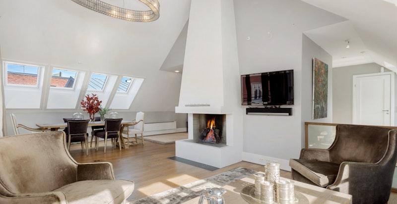 Flott stue med god takhøyde og utgang til balkongen