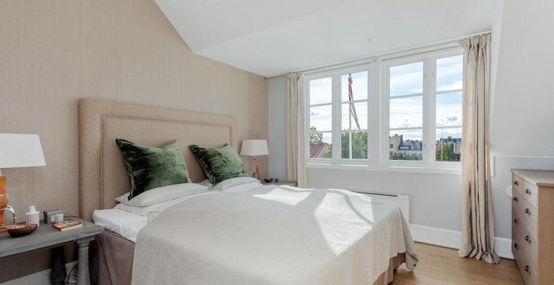 Hovedsoverom med bad en-suite, store vindusflater, usjenert og fin utsikt over nærområdet