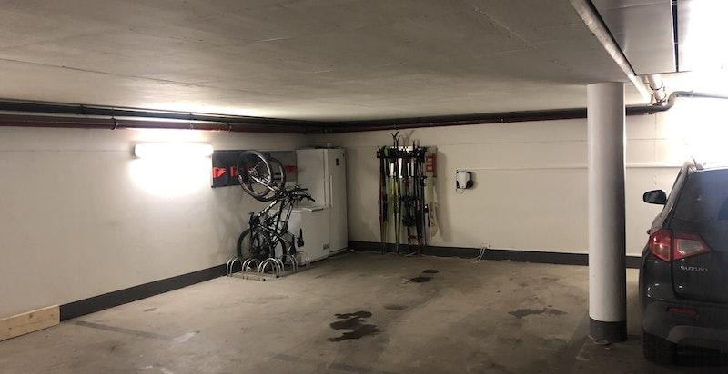 Garasjeanlegg med 2 stk parkeringsplasser (de til venstre for søylen på bildet)