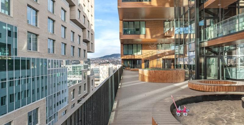 Bygget har fått sitt navn fra den spektakulære takterrassen som er «carved out» til felles glede på ca. 900 kvm i byggets 9.etg. Den har pen beplantning og flotte oppholdssoner for store og små