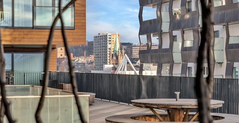 Takterrassen strekker seg over 900 kvadratmeter og over fire etasjer, gir ekstra lysinnslipp og fungerer som en buffer mellom leilighetene i øvre del av bygget og næringsdelen nedenfor