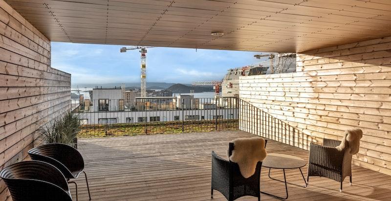 Fellesområder på begge sider av bygget, med utsikt enten utover Oslofjorden eller innover mot byen