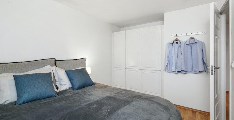 Medfølgende garderobeløsing på soverommet