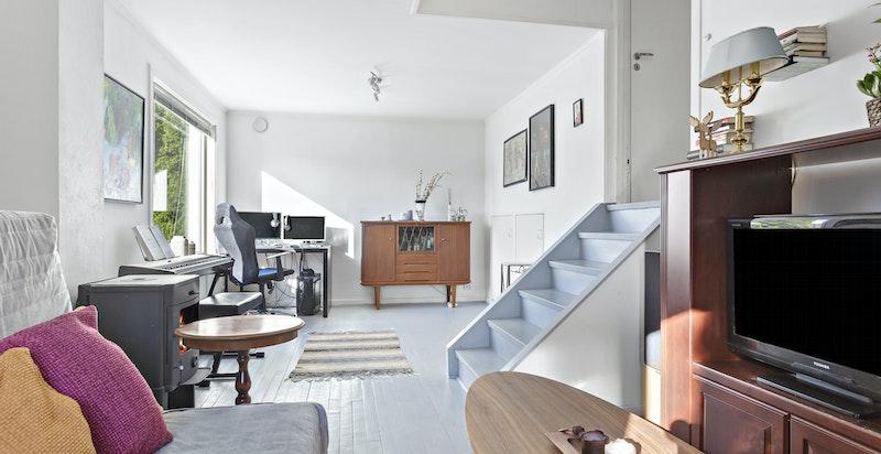 2-roms leilighet på ca 61 kvm i tilbygg. Trapp ned til stuen fra inngang/gang. Peisovn, tregulv og lysmalte vegger.