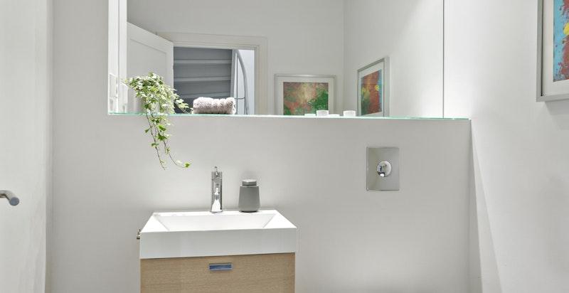 Separat wc i 1.etg. med fliser og varmekabler - adkomst fra gangen