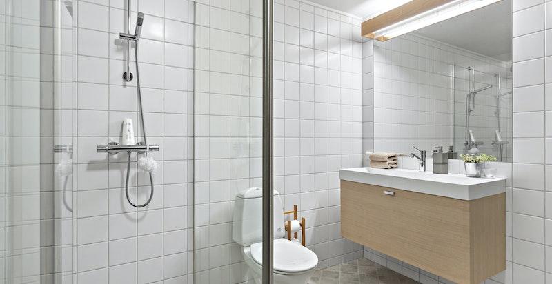 Badet i underetasjen er innredet med dobbeltdusj, wc og baderomsinnredning med underskap, speil og overlys