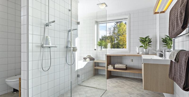 Stort og lekkert bad (2006) med fliser, varmekabler, wc i egen nisje, dobbeldusj og elektrisk håndkletørker