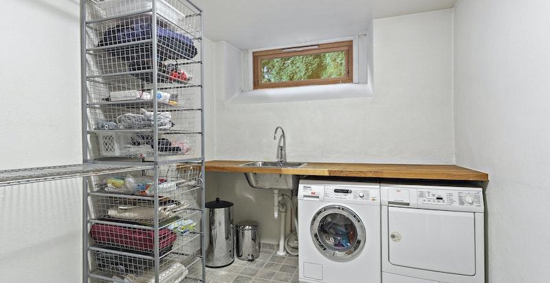 God plass på vaskerommet i underetasjen. Oppgradert i 2006 med varmekabler og fliser og ny benkeplate.