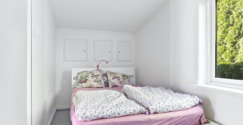 Soverom med garderobeskap samt skap i veggen bak sengen. I tillegg lagring i tilsvarende loftsluker i gangen. Kjeller med vaskerom og lagringsplass