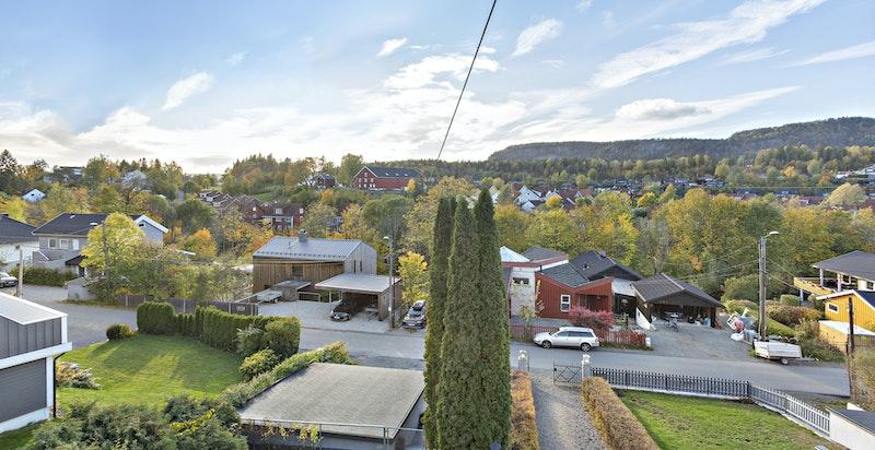 Vestliveien 21 ligger høyt og fritt med flott, vestvendt utsikt mot Kolsåstoppen!