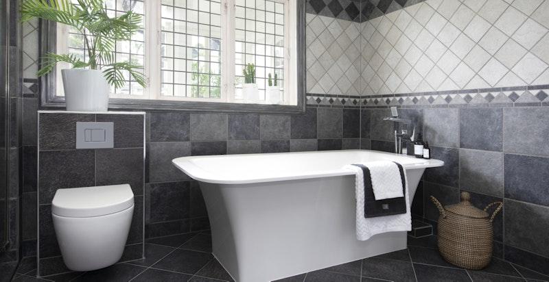 Baderom med badekar og vegghengt wc