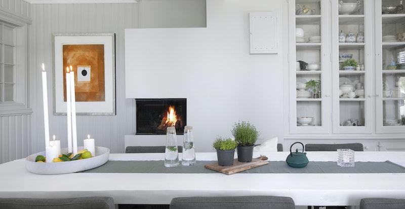 Kjøkken med peis og spisebord