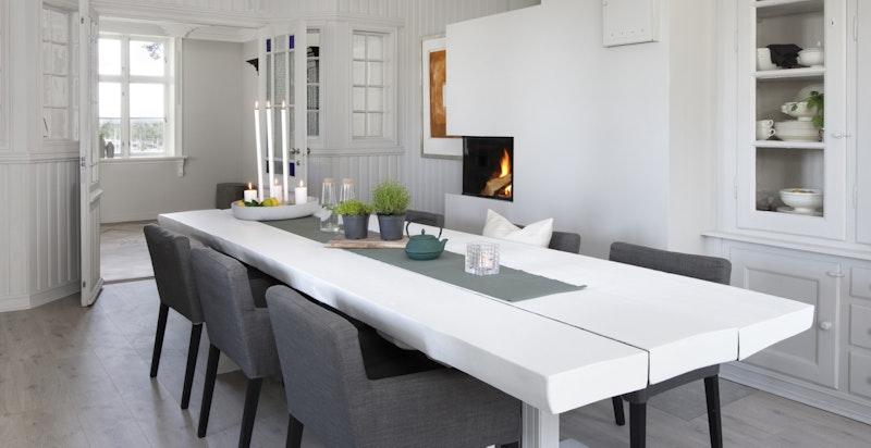 Romslig kjøkken med spisebordsinnredning