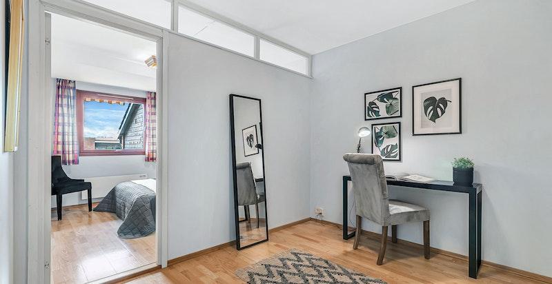 Omkledningsrom (alternativt kontor) tilknyttet soverommet