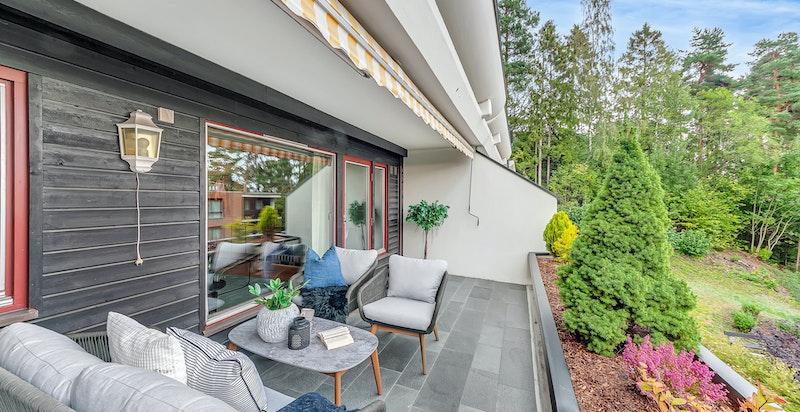 Terrassen har god plass til utegruppe - samt en praktisk lagringsbod