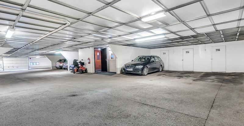 Medfølgende garasjeplass i lukket anlegg, med bod i bakkant