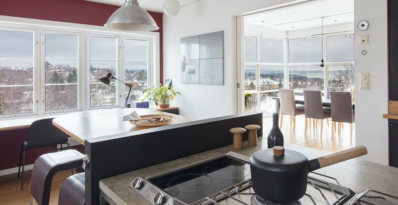 Kjøkken med flott utsikt mot øst og syd