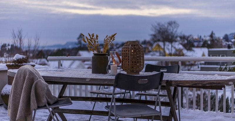 Stor og solrik skiferterrasse hvor man kan nyte sene sommerkvelder - God utsikt