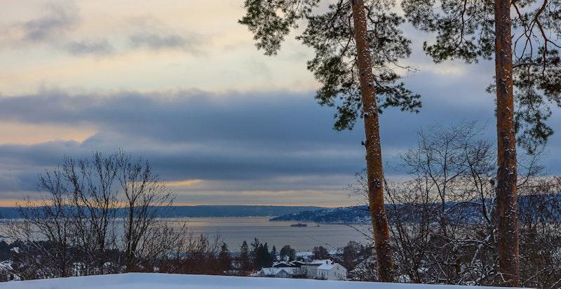 Utsikten fra tomten - hvor man ser over nabohuset i 21 A