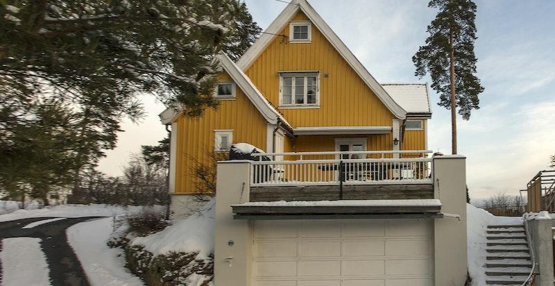 Adkomsten med varmekabler i oppkjørselen - Dobbel garasje med direkte adkomst inn i boligen