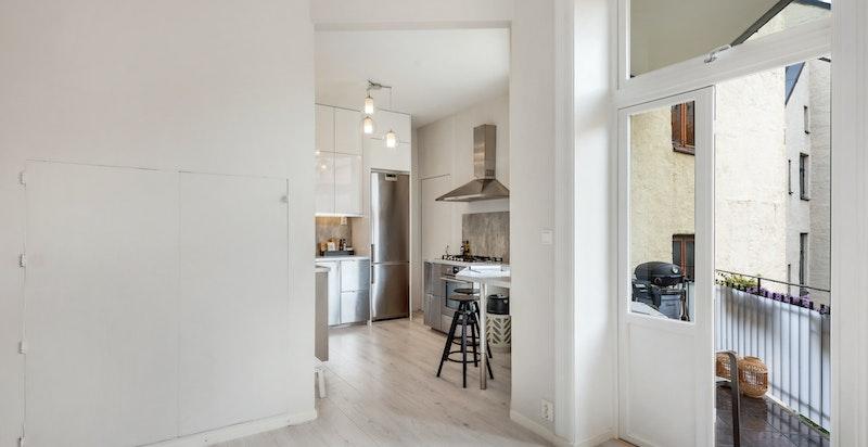 Leiligheten har en hyggelig balkong med utgang fra stuen. I tillegg har man spiseplass på kjøkkenet.