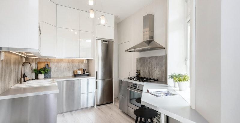 Rålekker moderne kjøkkeninnredning som harmonerer perfekt inn med det klassiske i boligen.