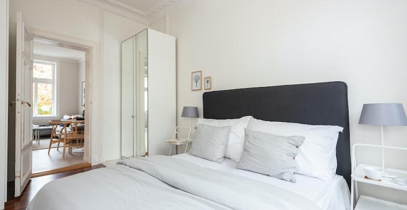På hovedsoverommet har du god plass til dobbeltseng og garderober for oppbevaring.