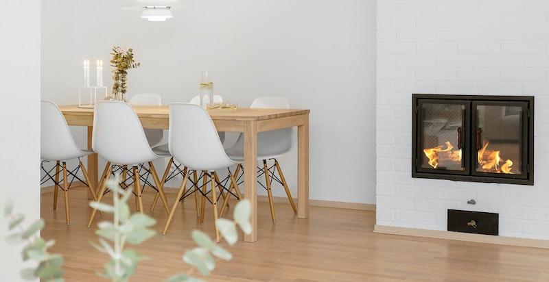 Hyggelig peis i stuen og plass til spisegruppe