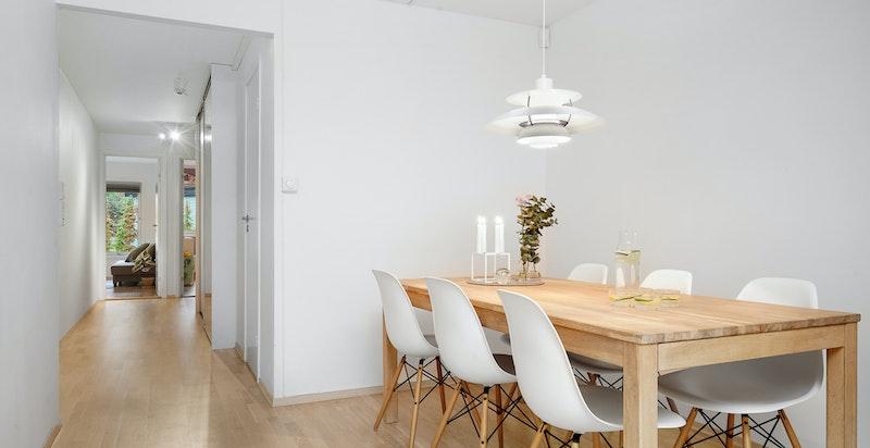 Spiseplass i stuen med naturlig tilknytning til kjøkkenet