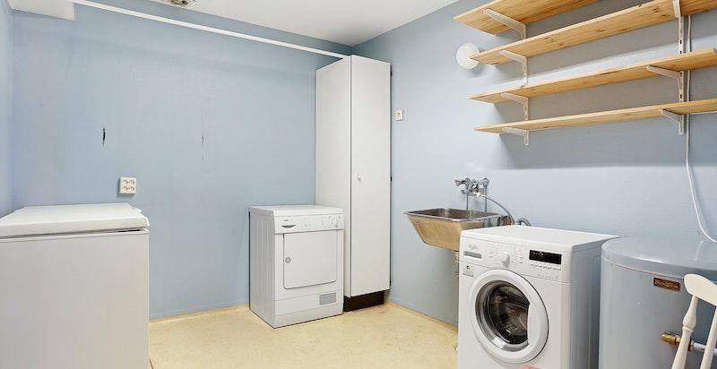 Praktisk og romslig vaskerom i u. etasjen