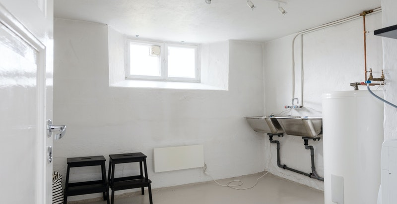 Vaskerom med utsalgsvask og opplegg for vaskemaskin og tørketrommel