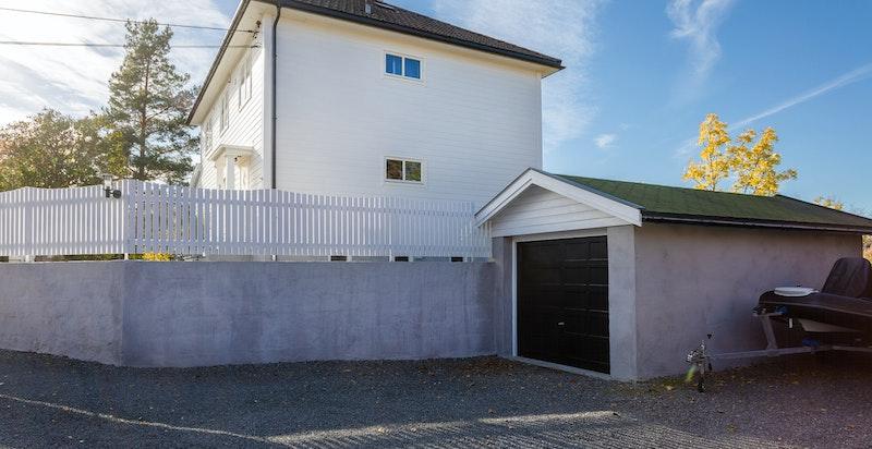 Rikelig med parkeringsplasser med garasje, to biloppstillingsplasser ved siden av garasjen samt øvrig på tomten